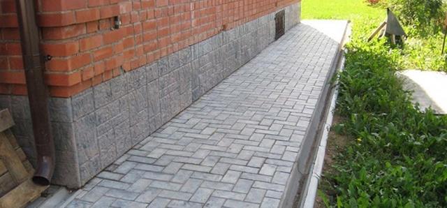 Отмостка из тротуарной плитки - устройство отмостки вокруг дома